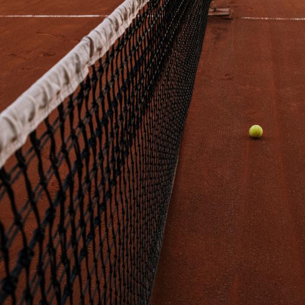 giocare a tennis
