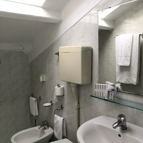 camera-matrimoniale-economica-cesenatico-bagno