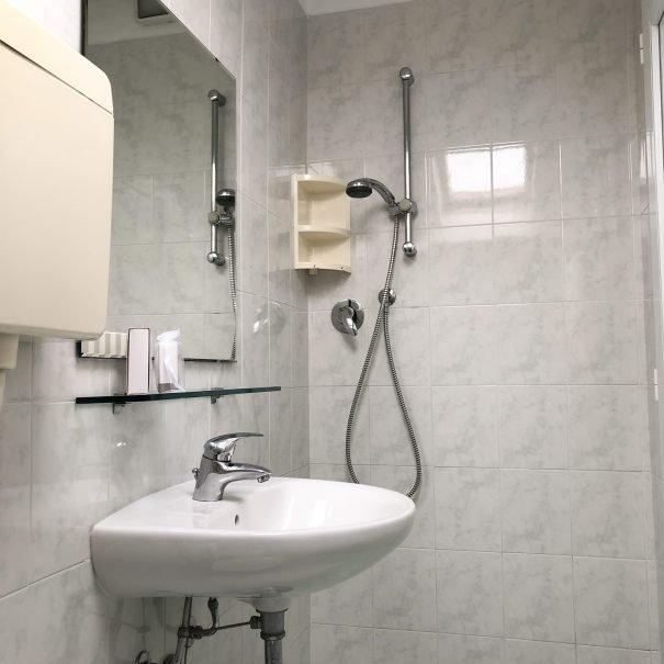 camera-matrimoniale-economica-cesenatico-bagno-doccia-senza-box